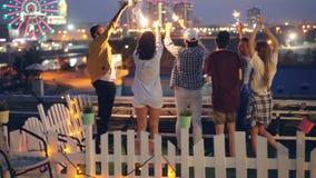 Οι ευτυχείς φίλοι καίνε τα φω'τα της Βεγγάλης και τη στάση χορού στις διακοπές εορτασμού στεγών από κοινού ψυχαγωγία απόθεμα βίντεο
