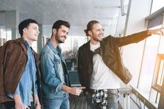 Οι ευτυχείς φίλοι που ακμάζουν παραδίδουν την αίθουσα Στοκ Εικόνες