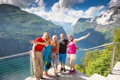 Οι ευτυχείς φίλοι χαλαρώνουν στο φιορδ Geiranger Οι άνθρωποι απολαμβάνουν τον καλό καιρό στη Νορβηγία Στοκ Φωτογραφία