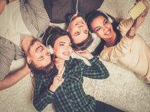 Οι ευτυχείς φίλοι ακούνε μουσική Στοκ Φωτογραφίες