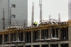 Οι εφαρμοστές οικοδόμησης κτηρίου εργάζονται στην οικοδόμηση του κτηρίου Στοκ φωτογραφία με δικαίωμα ελεύθερης χρήσης