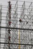 Οι εφαρμοστές χτίζουν μια τεράστια δομή μετάλλων Στοκ Φωτογραφία