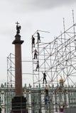 Οι εφαρμοστές χτίζουν μια τεράστια δομή μετάλλων Στοκ Φωτογραφίες