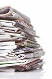 οι εφημερίδες συσσωρεύουν το λευκό στοκ εικόνες