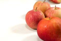 οι εύγευστες απελευθερώσεις ανασκόπησης μήλων φρέσκες έχουν το υγιές απομονωμένο οργανικό κόκκινο λευκό ύδατος μίσχων σκιών μικρό Στοκ Εικόνες