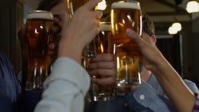 Οι εύθυμοι άνθρωποι που γελούν και που τα γυαλιά μπύρας, εορτασμός διακοπών, χαλαρώνουν απόθεμα βίντεο