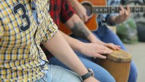 Οι εύθυμοι ένθερμοι μουσικοί τραγουδούν τα τραγούδια και το παιχνίδι απόθεμα βίντεο