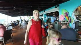 Οι εύθυμοι τουρίστες στον καφέ κοντά στο αναμνηστικό ψωνίζουν  Άγιος Thomas, U S νησιά Virgin απόθεμα βίντεο