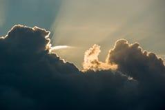 Οι ελαφριές ακτίνες λάμπουν μέσω των σύννεφων στοκ εικόνα με δικαίωμα ελεύθερης χρήσης