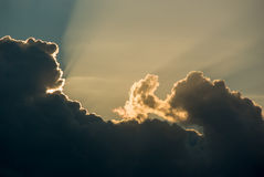 Οι ελαφριές ακτίνες λάμπουν μέσω των σύννεφων στοκ εικόνες