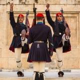 Οι ελληνικοί στρατιώτες Evzones (ή Evzoni) που ντύνεται στην υπηρεσία ομοιόμορφη, αναφέρονται στα μέλη της προεδρικής φρουράς, Στοκ Φωτογραφία