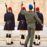 Οι ελληνικοί στρατιώτες Evzones (ή Evzoni) που ντύνεται στην υπηρεσία ομοιόμορφη, αναφέρονται στα μέλη της προεδρικής φρουράς Στοκ Φωτογραφία