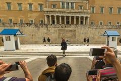 Οι ελληνικοί στρατιώτες Evzones (ή Evzoni) που ντύνεται στην υπηρεσία ομοιόμορφη, αναφέρονται στα μέλη της προεδρικής φρουράς Στοκ φωτογραφία με δικαίωμα ελεύθερης χρήσης