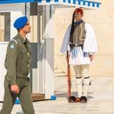 Οι ελληνικοί στρατιώτες Evzones (ή Evzoni) που ντύνεται στο πλήρες φόρεμα ομοιόμορφο, αναφέρονται στα μέλη της προεδρικής φρουράς Στοκ Εικόνα