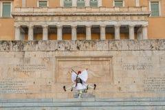Οι ελληνικοί στρατιώτες Evzones (ή Evzoni) που ντύνεται στο πλήρες φόρεμα ομοιόμορφο, αναφέρονται στα μέλη της προεδρικής φρουράς Στοκ εικόνες με δικαίωμα ελεύθερης χρήσης
