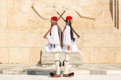 Οι ελληνικοί στρατιώτες Evzones (ή Evzoni) που ντύνεται στο πλήρες φόρεμα ομοιόμορφο, αναφέρονται στα μέλη της προεδρικής φρουράς Στοκ Φωτογραφίες
