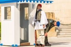 Οι ελληνικοί στρατιώτες Evzones, αναφέρονται στα μέλη της προεδρικής φρουράς, που ντύνονται στο πλήρες φόρεμα ομοιόμορφο Στοκ Φωτογραφία