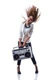 Οι ελκυστικές νεολαίες δροσίζουν το χορευτή χιπ χοπ με το κιβώτιο βραχιόνων Στοκ φωτογραφίες με δικαίωμα ελεύθερης χρήσης
