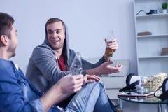 Οι ελκυστικοί νέοι τύποι απολαμβάνουν το ποτό οινοπνεύματος στοκ εικόνες