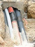 Οι ζαρωμένοι σωλήνες για την τοποθέτηση τηλεφωνούν στα καλώδια και τα ηλεκτρικά καλώδια Στοκ εικόνα με δικαίωμα ελεύθερης χρήσης