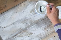 Οι ζωγράφοι εργάζονται με τις βούρτσες χρωμάτων Χρωματισμένο λευκό στο ξύλινο πάτωμα στοκ εικόνα με δικαίωμα ελεύθερης χρήσης