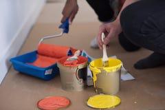 Οι ζωγράφοι προετοιμάζουν το χρώμα για τη ζωγραφική Στοκ φωτογραφία με δικαίωμα ελεύθερης χρήσης
