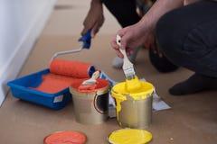 Οι ζωγράφοι προετοιμάζουν το χρώμα για τη ζωγραφική Στοκ Εικόνες