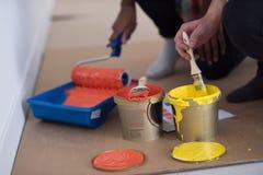 Οι ζωγράφοι προετοιμάζουν το χρώμα για τη ζωγραφική Στοκ Εικόνα