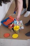Οι ζωγράφοι προετοιμάζουν το χρώμα για τη ζωγραφική Στοκ εικόνα με δικαίωμα ελεύθερης χρήσης