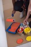 Οι ζωγράφοι προετοιμάζουν το χρώμα για τη ζωγραφική Στοκ εικόνες με δικαίωμα ελεύθερης χρήσης