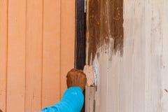 Οι ζωγράφοι χρωματίζουν τα ξύλινα σπίτια Στοκ Εικόνες