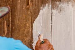Οι ζωγράφοι χρωματίζουν τα ξύλινα σπίτια Στοκ εικόνες με δικαίωμα ελεύθερης χρήσης