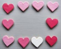 Οι ζωηρόχρωμες καρδιές μπισκότων διαμορφώνουν το διακοσμητικό χτυπημένο βαλεντίνο Δ αγάπης Στοκ Φωτογραφίες