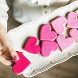 Οι ζωηρόχρωμες καρδιές μπισκότων διαμορφώνουν το διακοσμητικό χτυπημένο βαλεντίνο αγάπης Στοκ Φωτογραφίες