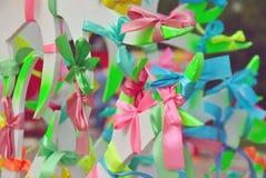 Οι ζωηρόχρωμες κορδέλλες προσευχής που δένονται στο δέντρο επιθυμίας, διαφορετικό χρώμα αντιπροσωπεύουν τη διαφορετική ελπίδα Στοκ εικόνες με δικαίωμα ελεύθερης χρήσης