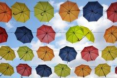 Οι ζωηρόχρωμες κρεμώντας ομπρέλες στον ουρανό, δύο φλερτάρουν, οδός Στοκ φωτογραφία με δικαίωμα ελεύθερης χρήσης