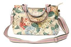 Οι ζωηρόχρωμες κυρίες εκσφενδονίζουν την τσάντα με τις floral εκτυπώσεις στοκ φωτογραφία
