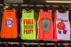 Οι ζωηρόχρωμες μπλούζες πώλησαν Koh Phangan νησιών κατά τη διάρκεια του κόμματος πανσελήνων, Ταϊλάνδη Στοκ εικόνα με δικαίωμα ελεύθερης χρήσης