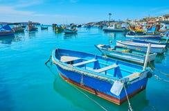 Οι ζωηρόχρωμες ξύλινες βάρκες luzzu σε Marsaxlokk στοκ φωτογραφίες