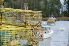 Οι ζωηρόχρωμες παγίδες αστακών του Μαίην Lobsterman κάθονται σε μια αποβάθρα περιμένοντας Στοκ Φωτογραφία