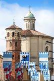Οι ζωηρόχρωμες σημαίες διακόσμησαν τα μεσαιωνικά κτήρια πριν από τον αγώνα αλόγων Palio Στοκ εικόνες με δικαίωμα ελεύθερης χρήσης