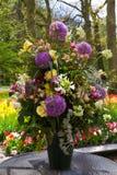 Οι ζωηρόχρωμες τουλίπες, τριαντάφυλλα, νάρκισσοι, υάκινθοι, κρίνος, hydrangeas, muscari ανθίζουν στο βάζο Στοκ Εικόνα