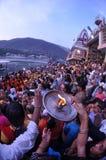 Οι ζωηρόχρωμοι άνθρωποι λατρεύουν/προσφέρουν Puja, Rishikesh, Ινδία, Fisheye στοκ φωτογραφία με δικαίωμα ελεύθερης χρήσης