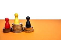 Οι ζωηρόχρωμοι αριθμοί παιχνιδιών συμβολίζουν μια εξέδρα νικητών με τα χρήματα - με το copyspace Στοκ Φωτογραφίες