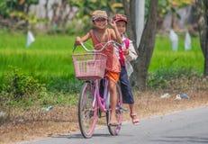 Οι ζωηρόχρωμοι πληθυσμοί του Βιετνάμ στοκ φωτογραφία