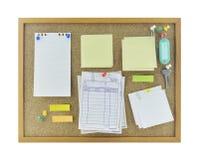 Οι ζωηρόχρωμο κολλώδες σημειώσεις, η καρφίτσα, το κλειδί και το όνομα ετικεττών στο φελλό επιβιβάζονται Στοκ φωτογραφία με δικαίωμα ελεύθερης χρήσης