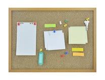 Οι ζωηρόχρωμο κολλώδες σημειώσεις, η καρφίτσα, το κλειδί και το όνομα ετικεττών στο φελλό επιβιβάζονται στοκ εικόνες