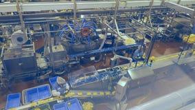 Οι ζώνες μεταφορέων στο μεγάλο δωμάτιο συσκευασίας σε ένα εργοστάσιο τυριών φιλμ μικρού μήκους