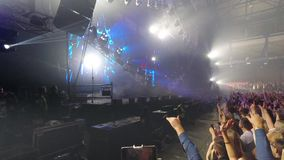 Οι ηλεκτρικοί φακοί και το έξοχο λέιζερ παρουσιάζουν στη συναυλία μουσικής απόθεμα βίντεο