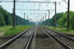 Οι ηλεκτρισμένες γραμμές σιδηροδρόμων πηγαίνουν στοκ φωτογραφίες με δικαίωμα ελεύθερης χρήσης